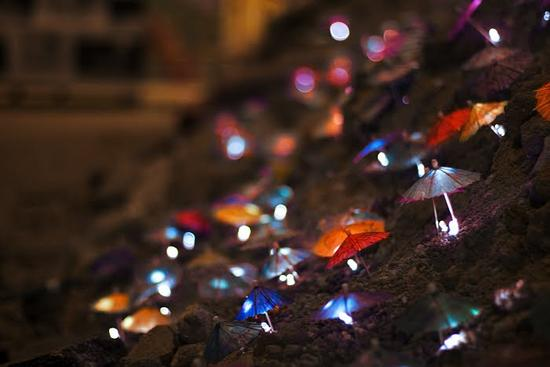 luzinterruptus creates amazing light art on madrid beach
