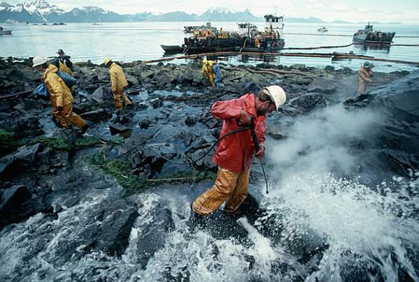 an analysis of the oil tanker exxon valdez and the oil spill in alaskan shoreline Why an oil spill in arctic waters would be devastating the wrecked oil tanker exxon valdez spilling oil into devastated a vast stretch of the alaskan.