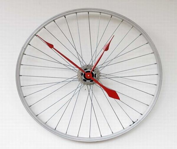 10 creative wall clocks made using recycled materials for Cool recycled stuff